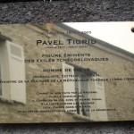 La targa dedicata a Pavel Tigrid al suo indirizzo di Héricy, nei pressi di Parigi / The plate dedicated to Pavel Tigrid at his address in Héricy, near Paris