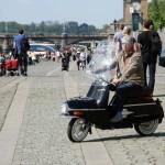 L'imprenditore Neil Smith in sella a un Čezeta sul lungofiume praghese / The entrepreneur Neil Smith riding a Čezeta on Prague's riverside © Čezeta Motors