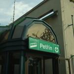 Le due stazioni della funicolare a Petřín e Nebozízek / Petřín and Nebozízek stations of Petřín funicular. © Aktron, Wikimedia Commons