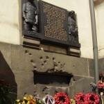 Targa commemorativa ai paracadutisti cechi sul muro della Chiesa dei Santi Cirillo e Metodio / Memorial of Czech paratroupers on the wall of Saints Cyril and Methodius church © Honza Groh, Wikipedia