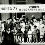 "Una foto dalla festa dei lavoratori del 1987. I dissidenti  Tomáš Hradilek e Rudolf Bereza espongono lo striscione ""Charta77 chiede coraggio civico"". Furono arrestati dopo 30 minuti / Picture from the 1987 Labour Day. Dissidents  Tomáš Hradilek and Rudolf Bereza holding the banner ""Charter77 calls for civic courage"".  They were arrested after 30 minutes"