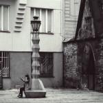 Il lampione con seduta in Jungmannovo náměstí, progettato da Emil Králíček e Matěj Blecha / The cubist streetlamp with a seat designed by Emil Králíček and Matěj Blecha, in Jungmannovo náměstí