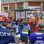 Carlo Capalbo con il vincitore della mezza maratona del 2017, Barselius Kipyego (che ha percorso i 21,097 km in 59'14'') / Carlo Capalbo with the winner of the 2017 half-marathon, Barselius Kipyego (who ran the 21,097 km in 59'14'') © Giuseppe Picheca