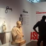 Un turista fronteggia il busto di Klement Gottwald nel Museo del Comunismo di Praga / A tourist faces the bust of Klement Gottwald in the Museum of Communism in Prague © Museum of Communism, Prague