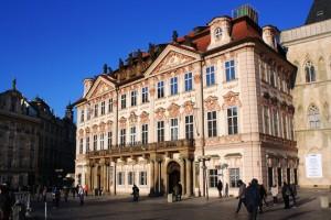 Il Palazzo Kinský, nella piazza della città vecchia di Praga / Kinský Palace, in the old town square of Prague
