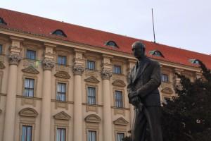 La statua di Edvard Beneš e, sullo sfondo, il Palazzo Černín, sede del Ministero degli Esteri / The statue of Edvard Beneš and, in the background, Czernin Palace, headquarters of the Ministry of Foreign Affairs