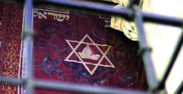 54-55-wikipedia-prague_praha_2014_holmstad_-_den_gammelnye_synagogen_-_old-new_synagogue_-_josefov_-_banner_with_jewish_hat