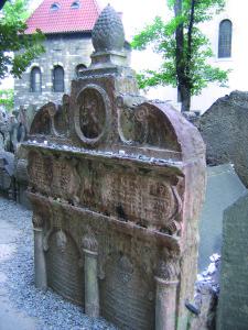 Tomba del rabbino Loew. Vecchio cimitero ebraico. Josefov, Praga / Grave of Rabbi Loew. Old Jewish Cemetery. Josefov, Prague © Postdlf, Wikimedia