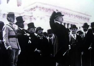 Maggio 1918: Vittorio Emanuele Orlando, primo ministro italiano, parla alla cerimonia di consegna della bandiera ai legionari. Sulla sinistra, Milan Rastislav Štefánik / May 1918: Vittorio Emanuele Orlando, Italian Prime Minister, address the cerimony for the delivery of the flag to the legionaries. On the left, Milan Rastislav Štefánik