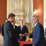 08-09-milos-zeman-predava-novemu-ministrovi-zahranici-tomasi-petrickovi-jmenovaci-dekret