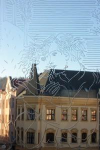 Una delle incisioni di František Kysela realizzate sui vetri della veranda / One of the figures engraved by František Kysela on the veranda's windows © Archiv MK Náchod