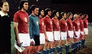La formazione cecoslovacca in campo per la finale dei campionati europei del 1976 / The Czechoslovak national team before the 1976 European Championship final © Wikipedia