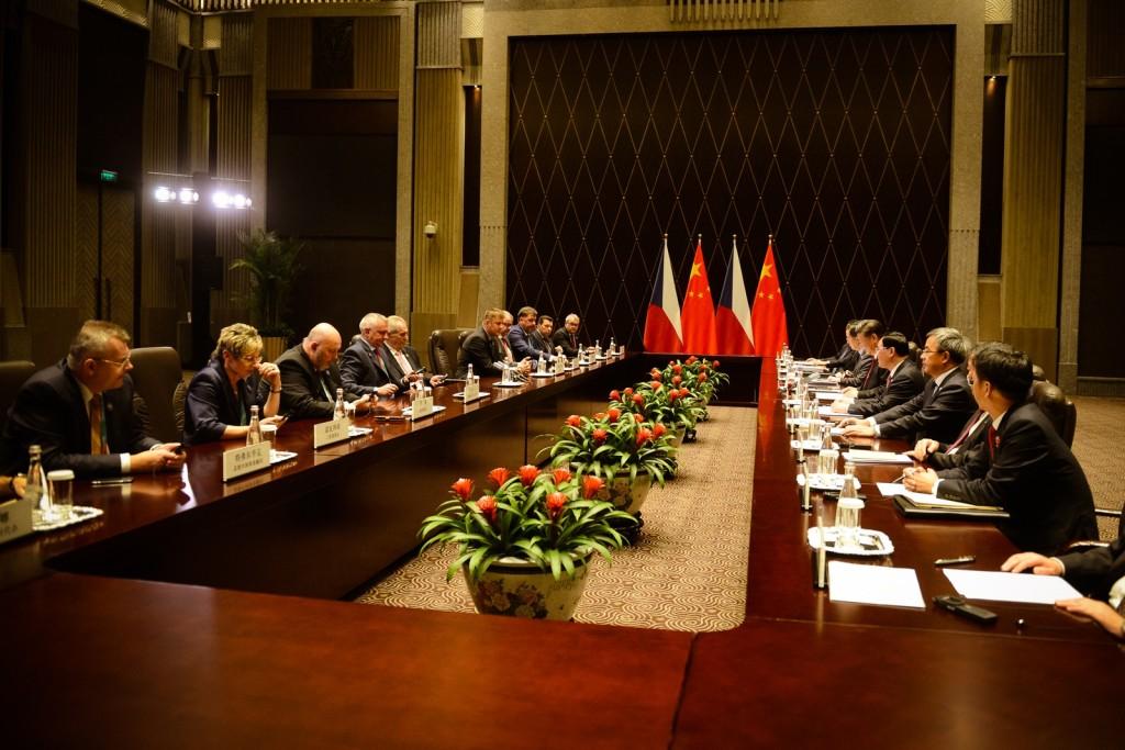 La delegazione ceca ad un meeting in Cina, durante la visita ufficiale del presidente Zeman lo scorso novembre