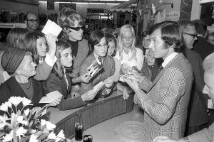 Gott mentre firma degli autografi nel 1969 / Gott signing autographs in 1969 © Friedrich Magnussen, Kiel City Archives