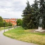 La statua di Jan Neruda ai Giardini di Petřín / Jan Neruda statue in Petřín Gardens