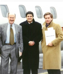 Un giovanissimo Francesco Saverio Nisio a Praga negli anni Novanta con l'allora ambasciatore Francesco Olivieri e con Roberto Luongo, ex direttore dell'Ufficio Ice di Praga, attuale direttore generale dell'Ice / A very young Francesco Saverio Nisio in Prague in the '90s with the then ambassador Francesco Olivieri and with Roberto Luongo, former director of the Prague Ice Office, current general director of Ice © Nisio