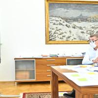 08-09-premier-andrej-babis-behem-jednani-vlady-ktere-opet-probihalo-formou-videokonference-1-dubna-2020