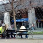 Un gruppo di senzatetto davanti alla stazione di Praga Hlavní Nádraží / A group of homeless people in front of Prague station Hlavní Nádraží © Maurizio Giuffredi