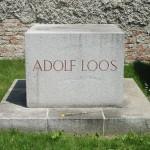 La tomba di Adolf Loos al Cimitero centrale di Vienna / Adolf Loos's grave at Vienna Central Cemetery © CC-BY-SA-2.5, Invisigoth67, Wikimedia