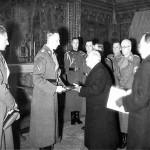 Reinhard Heydrich riceve da Emil Hácha una delle sette chiavi dei gioielli della Corona ceca / Reinhard Heydrich receives one of the seven keys to the Czech crown jewels from Emil Hácha © Wikipedia