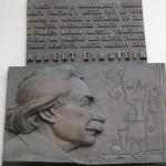 Una targa commemorativa in Piazza della Città Vecchia / A plaque in Old Town Square